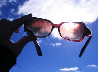 サングラスと遮光眼鏡って違うの?同じようなカラーレンズでも違うんだな~